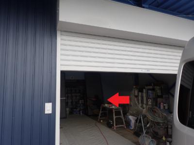 梅雨 倉庫で塗装 雨戸戸袋ケレン作業 浜松塗装専門店|加藤塗装