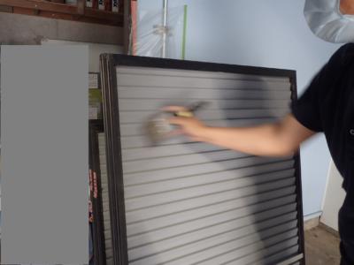 梅雨 梅雨 倉庫で塗装 雨戸戸袋ケレン作業 浜松塗装専門店|加藤塗装 ケレン養生下処理飛散防止吹付塗装スプレーガンエアーダスター掃除