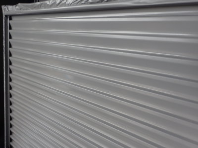 職人さん倉庫空気掃除機 倉庫で塗装作業 外壁塗装の事なら浜松塗装専門店|加藤塗装 雨戸戸袋 飛散塗料 空気ダスト 集塵機