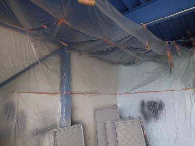 職人さん倉庫空気掃除機 倉庫で塗装作業 外壁塗装の事なら浜松塗装専門店|加藤塗装 雨戸戸袋 飛散塗料 空気ダスト 集塵機 ビニル養生