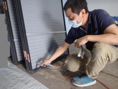 梅雨 梅雨 倉庫で塗装 雨戸戸袋ケレン作業 浜松塗装専門店|加藤塗装 ケレン養生下処理飛散防止吹付塗装