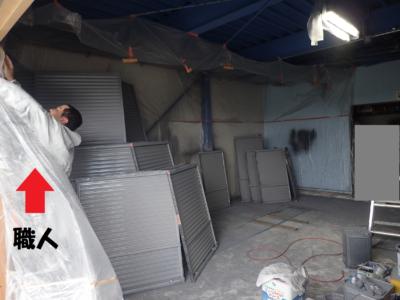 職人さん倉庫空気掃除機 倉庫で塗装作業 外壁塗装の事なら浜松塗装専門店|加藤塗装 雨戸戸袋 飛散塗料