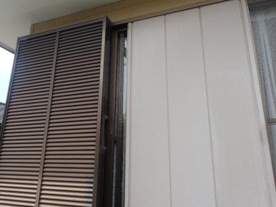 外壁塗装の事なら浜松塗装専門店|加藤塗装 雨戸戸袋のみ経年劣化アルミ枠塗料が付かない
