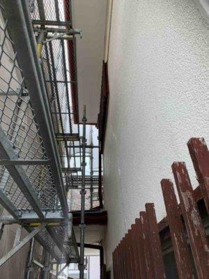 浜松市東区長鶴町塗装工事始まりました加藤塗装足場架設袋小路道が狭い