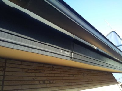 養生作業 浜松市中区高林町Oさま邸 外壁塗装の事なら浜松塗装専門店|加藤塗装 軒天 濃い茶色 破風塗装 プライマー