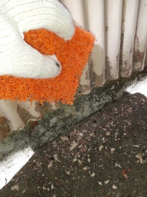 トタン外壁のケレン作業 旧塗膜 不陸調整 ポロポロ取れる 塗膜剥離 耐用年数 耐久性能 塗料 密着度を上げる 外壁塗装の事なら浜松塗装専門店|加藤塗装 下処理作業 中区 施工事例 静岡県 オリンピック