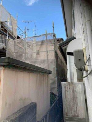 足場架設 狭所 隣家との距離が近い 建てられる 狭い 塀がある 外壁塗装の事なら浜松塗装専門店|加藤塗装 台風接近中