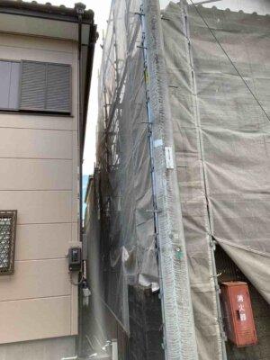 足場架設 狭所 隣家との距離が近い 建てられる 狭い 塀がある 外壁塗装の事なら浜松塗装専門店|加藤塗装 台風接近中 塀 和風住宅 築年数30 工期長い