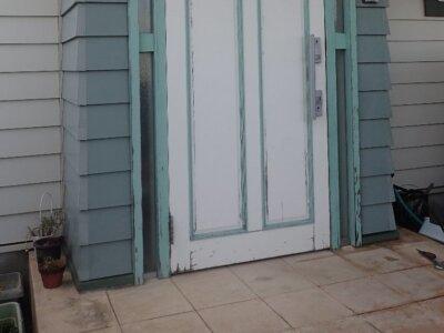 玄関1 部分塗装 片面塗装 木製ドア 塗膜剥離 傷 汚い 劣化 症例 外壁塗装の事なら浜松塗装専門店|加藤塗装 費用 匂い 工期 早い